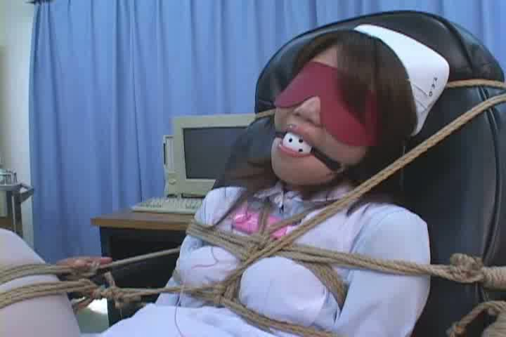 診察室で椅子にM字緊縛されたマゾナース、ローター責めでボールギャグを嵌められた口から涎を垂れ流してヨガる