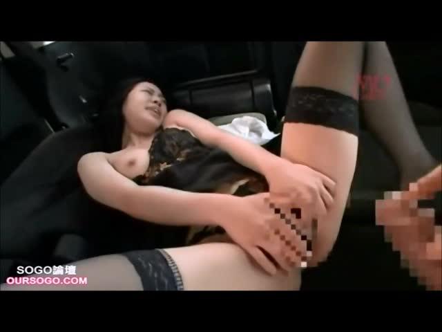 出会い系サイトで知り合った若い男の車に乗りカーセックスでヨガリ狂うスレンダー熟女…